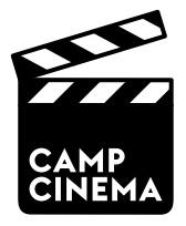 Il s'agit de jeunes pendant le camp cinéma. Nous voyons deux jeunes derrière la caméra et deux acteurs.